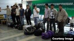 Мужчины, вылетающие из Таджикистана на заработки в зарубежье, в аэропорту Душанбе. Декабрь 2014 года.