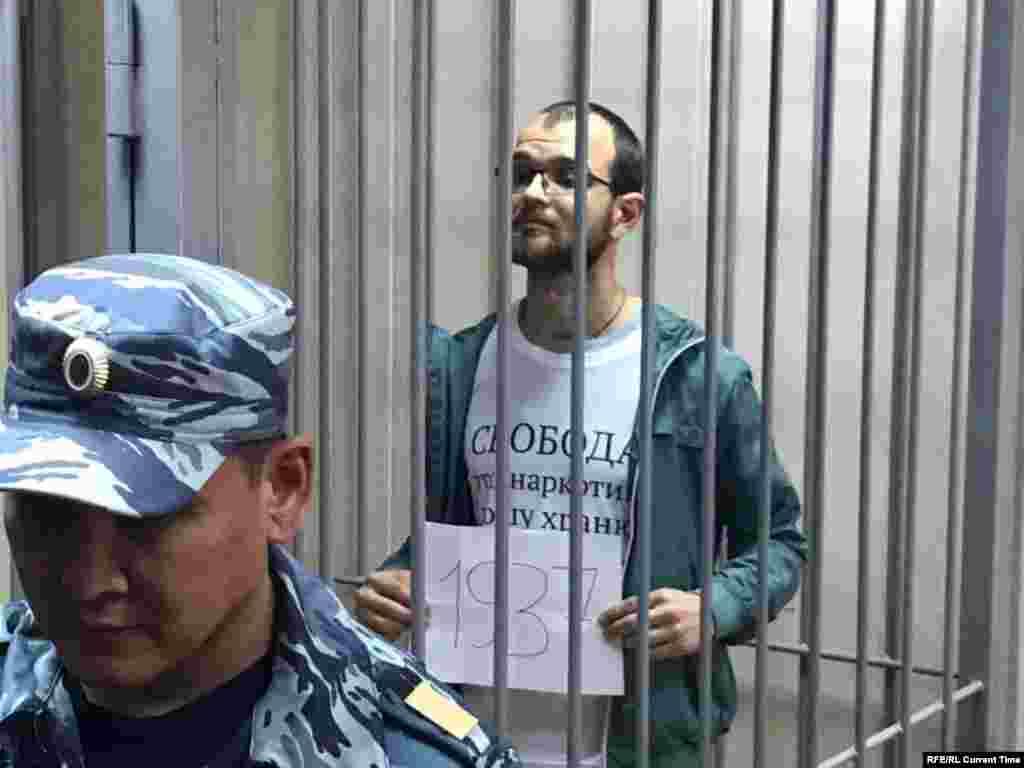 34-летнийАлексей Миняйлобыл впервые задержан 14 июля на акции возле Московской городской избирательной комиссии. Тогда сотрудники полиции жестко задержали Любовь Соболь, а Миняйло, по его словам, пытался им помешать. Его избили и отправили в спецприемник, он две недели держал голодовку