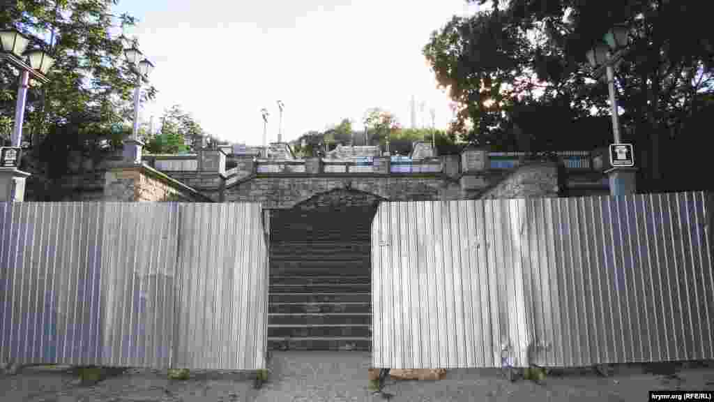 Лестница ведет на гору Митридат, где когда-то располагался античный город Пантикапей