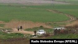 Архивска фотографија: Полицијата врши увид на местото каде што беа убиени пет момчиња во близина на Смилковското Езеро кај Скопје.
