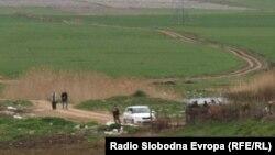 Полицијата врши увид на местото каде што беа убиени пет момчиња во близина на Смилковското Езеро кај Скопје.