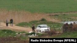 Полицијата врши увид на местото каде што беа убиени пет момчиња во близина на Смиљковското Езеро кај Скопје на13 април 2012 година.