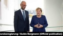 Екс-прем'єр-міністр України, лідер партії «Народний фронт» Арсеній Яценюк і канцлер Німеччини Анґела Меркель. Берлін, 5 жовтня 2018 року