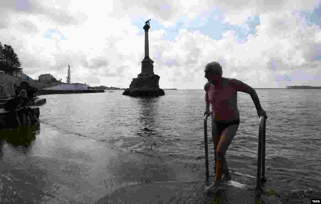 Этот мужчина уже открыл купальный сезон. Напомним, что в Крыму с 15 июняначнет работусанаторно-курортный комплекс, однако отели и санатории откроют только для крымчан