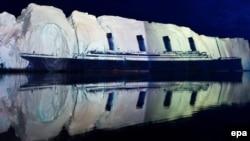 """Şweýsar hudožnigi Genry Hofstetter tarapyndan Grenlandiýanyň 500 metrlik buzunyň suratynyň ýüzünde """"Titanik"""" gamisiniň suratyny proýektirlemek arkaly döredilen proýeksiýa. 13-nji aprel, 2012."""