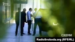 Депутат Хомутинник виходить з аеропорту