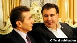 Грузияның премьер-министрі Бидзина Иванишвили (сол жақта) және президенті Михаил Саакашвили.