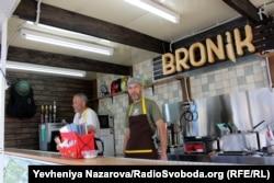 Засновники закладу «Bronik» троє ветеранів війни на Донбасі, що разом служили у 55-ій артбригаді