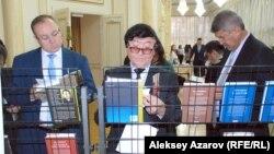 Немат Келімбетовтің кітаптарын тамашап тұрған адамдар. Алматы, 16 қараша 2014 жыл.