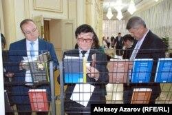 Гости книжного форума и литературного фестиваля знакомятся с изданиями Немата Келимбетова на разных языках. Алматы, 16 ноября 2014 года.