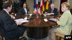 Мар'яно Рахой, Франсуа Олланд, Маріо Монті і Анґела Меркель сідають за стіл для розмови в Римі 22 червня 2012 року