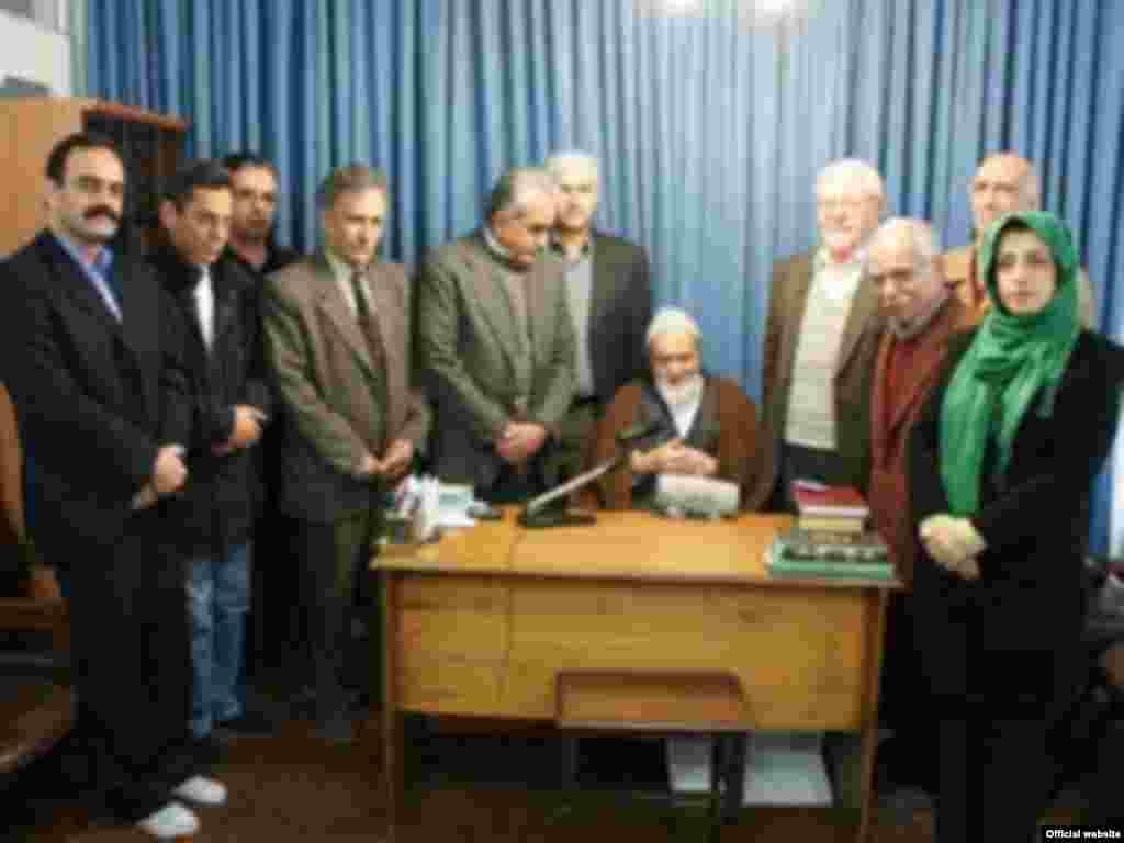 آذرماه امسال با گروهی از نمایندگان «مدافع حقوق بشر» در ایران که جایزه سال خود را به آیت الله منتظری اهدا کردند.