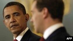 Prezidentler Barak Obama (çepde) we Dmitriý Medwedew 6-njy iýulda Kremlde.