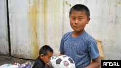 Мальчик Мухаммед из Кыргызстана, вовлеченный в детский труд. Алматы, Зеленый базар, 6 июня 2007 года.