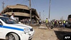 Irakianët e inspektojnë terrenin ku ndodhi shpërthimi i një makine - bombë në Bagdad
