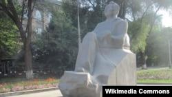 Бишкектеги Аалы Токомбаевдин эстелиги.