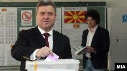 Претседателот на Република Македонија Ѓорге Иванов гласа на локалните избори 2013.