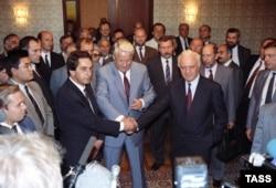 Владислав Ардзинба (слева), Борис Ельцин (в центре) и Эдуард Шеварднадзе в Москве. 3 сентября 1992 года