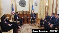 Hojt Brajan Ji na sastanku sa predsednikom Skupštine Kosova Kadri Veseljijem 28. marta