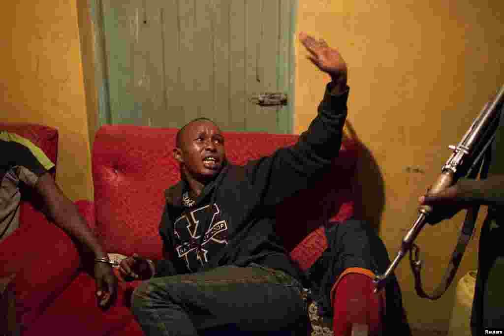 """""""Гнать"""" такой напиток в Кении запрещено. Полицейские проводят рейды по трущобам, чтобы найти производителей и продавцов алкоголя. На фото – момент задержания подозреваемых"""