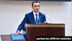 Мәулен Әшімбаев сенат спикері ретінде ант қабылдап тұр. Нұр-Сұлтан, 4 мамыр 2020 жыл.