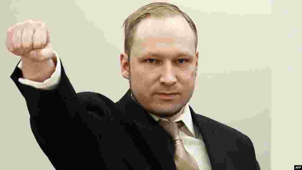 Андерс Брейвик, убивший 77 человек в Норвегии в июле 2011, в зале суда в Осло 16 апреля, в день начала судебных слушаний по его делу. (AFP/Хейко Юнге)