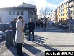 Građani u centru Cazina u vrijeme potresa u Hrvatskoj