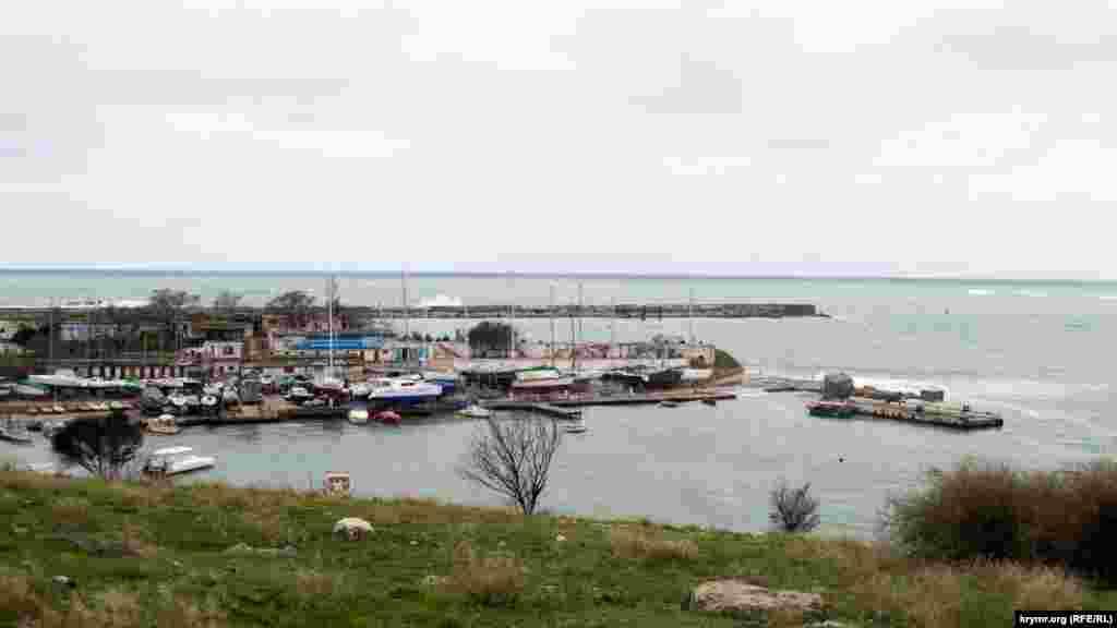 Яхти і катери під захистом молу