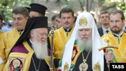 The patriarchs of Constantinople and Moscow, Ecumenical Patriarch Bartholomew I (left), and Aleksy II of Russia (right) in Kyiv on July 27