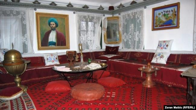'Trebalo je neko vrijeme da se muslimani od te vezanosti za osmansku državnu tradiciju vrate i prihvate habsburško carstvo, kao neki okvir u kom se mogu dalje razvijati.' (Na fotografiji spomen kuća-muzej Husein-kapetana Gradaščevića)