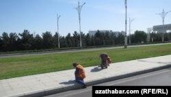 Ашхабадские дворники моют улицы руками (архивное фото)