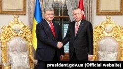 Ukraina prezidenti Petro Poroşenko ve Türkiye prezidenti Recep Tayyip Erdoğan (sağdan). İstanbul, 2018 senesi noyabrniñ 3-ü
