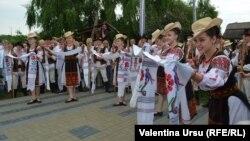Culori și oameni la un Festival al Portului Național la Chișinău