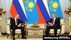 Президент Казахстана Нурсултан Назарбаев на встрече с президентом России Владимиром Путиным (слева). 7 июня 2012 года.