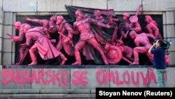 Оператор снима боядисания в розово Паметник на Съветската армия, 21 август 2013.