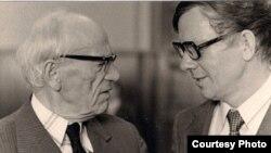 Пятрусь Броўка і Васіль Быкаў, 1976