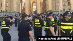Полицейские перед зданием парламента во время акций протеста