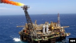 Brazil -- (FILE) A file picture dated 20 November 2003 shows the P-26 platform of Brazilian petroleum company Petobras, anchored 175 km from the shores of Rio de Janeiro