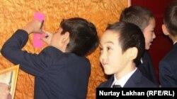 Школьник записывает расписание уроков. Алматы, 1 сентября 2013 года.