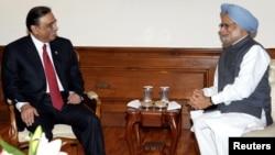 Пакистанскиот претседател Асиф Али Зардари и индискиот премиер Монхоман Синг се сренаа во Њу Делхи на 8 април 2012 година.