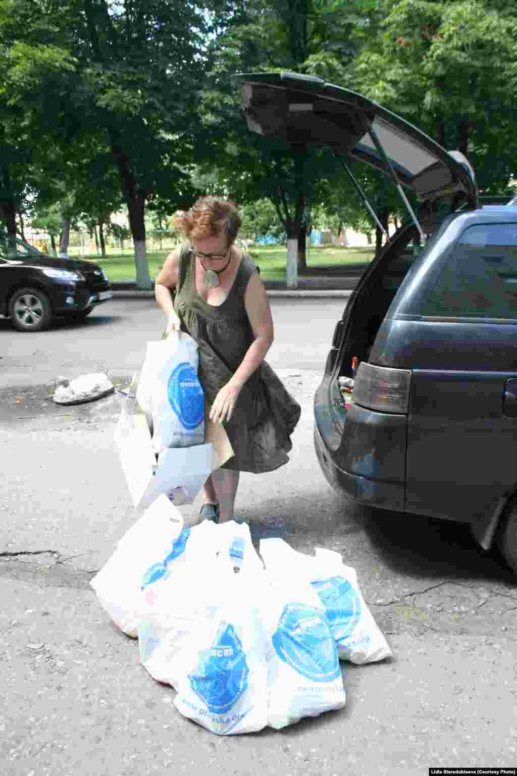 Волонтеры выгружают гуманитарную помощь в Славянске.