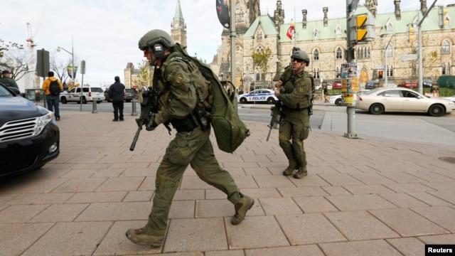 Канадские полицейские около здания парламента страны, в котором была открыта стрельба