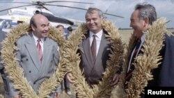Өзбекстан президенті Ислам Каримов (ортада), Қырғызстан президенті Асқар Ақаев (сол жақта) және Қазақстан президенті Нұрсұлтан Назарбаев егістік алқабында тұр. Қазақстан, Ақмола облысы, 27 тамыз 1993 жыл.