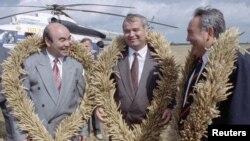 Слева направо: Аскар Акаев, Ислам Каримов и Нурсултан Назарбаев в Акмолинской области близ города Кокшетау. 27 августа 1993 года.