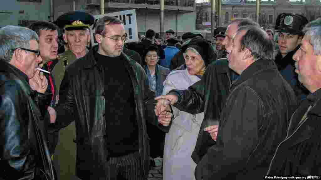 Политолог и журналист Андрей Иванец пытается успокоить противоборствующие стороны