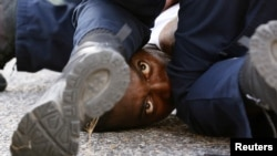 Задержание одного из демонстрантов в Батон-Руж 10 июля 2016 года