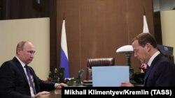 Dmitry Medvedev (sağda) və Rusiya prezidenti Vladimir Putin