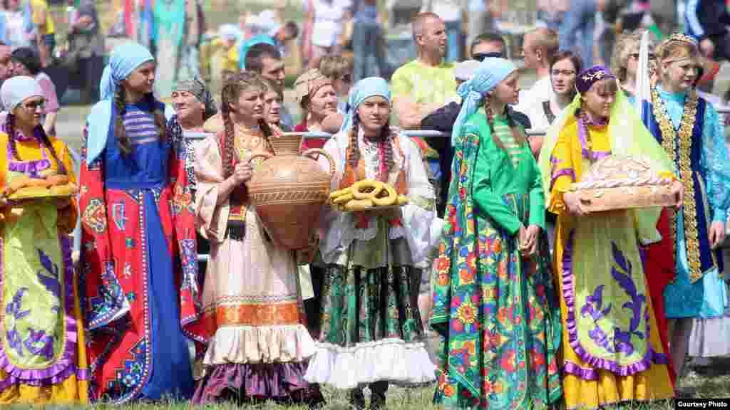 Ульян өлкәсе Иске Кулаткы авылында VII Бөтенрусия авыл Сабантуе мәйданы эчендәге тамаша