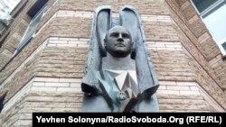 Меморіальну дошку із погруддям розвідника відкрили на вулиці Кудряшова в Києві, у будинку, де жив Максим Шаповал