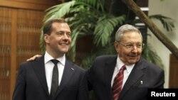 Медведев дар мулоқот бо Кастро